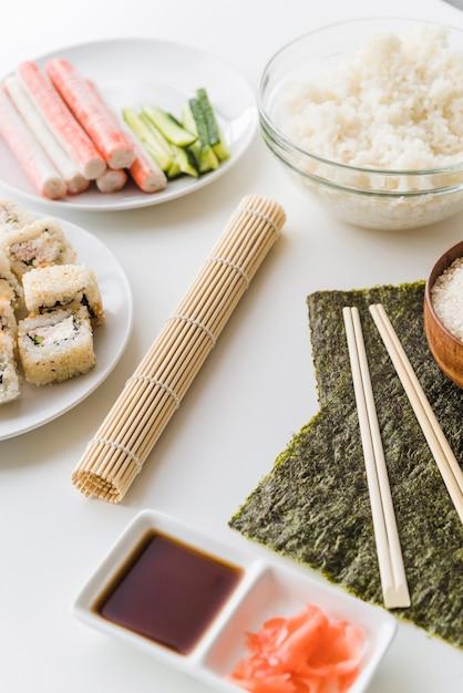 Angolo vista sushi ingredienti con salsa Foto Gratuite