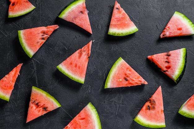 Anguria rossa accesa. concetto di estate. vista piana, vista dall'alto Foto Premium