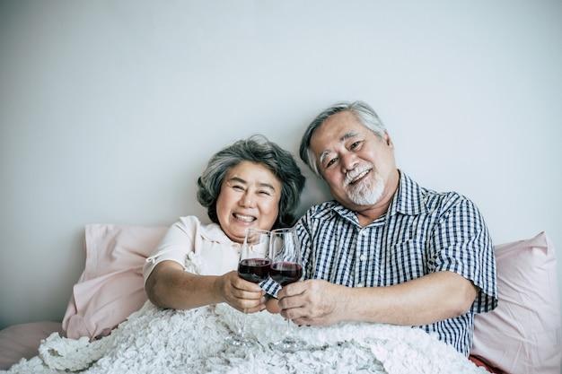 Anniversario delle coppie anziane nella stanza della base Foto Gratuite
