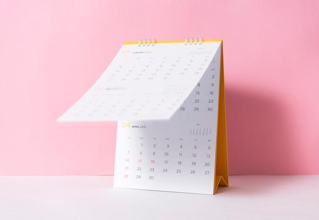 Anno di spirale di carta del calendario 2019 su sfondo rosa. Foto Premium