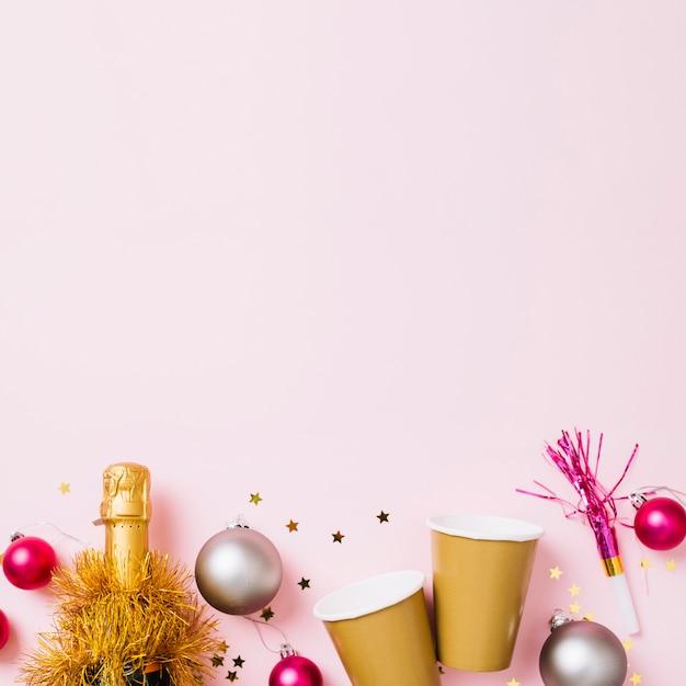 Anno nuovo composizione di bicchieri di carta con bottiglia Foto Gratuite