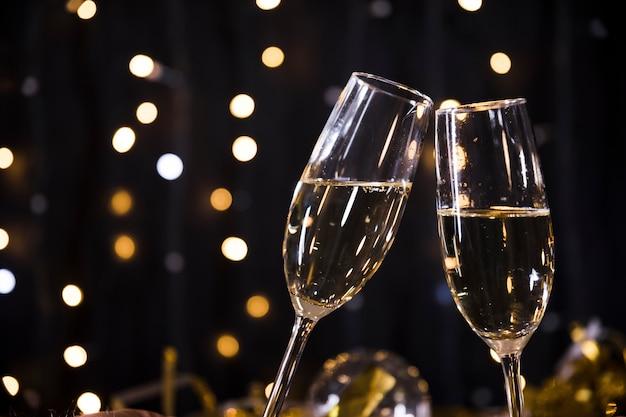 Anno nuovo sfondo con bicchieri di champagne Foto Gratuite