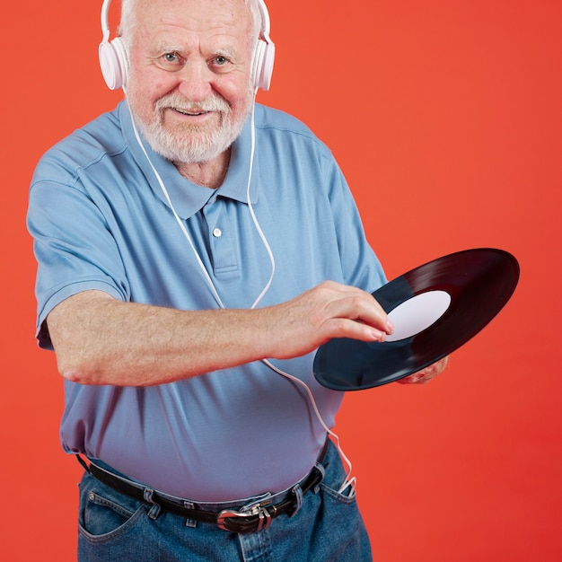 Annotazione di musica della tenuta del maschio più anziano di smiley Foto Gratuite