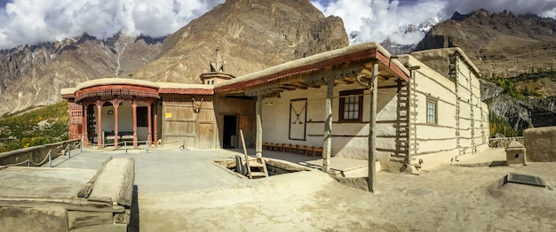 Antica fortezza di baltit nella stagione autunnale. karimabad, valle di hunza, pakistan. Foto Premium