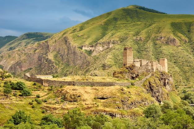 Antica fortezza nelle montagne della georgia Foto Premium