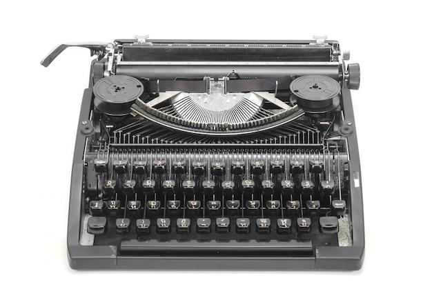 Antica macchina da scrivere contro uno sfondo bianco fresco. Foto Premium