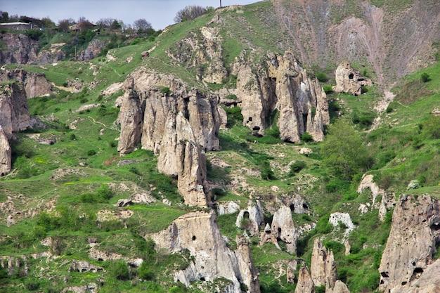 Antiche rovine nelle montagne del caucaso, armenia Foto Premium