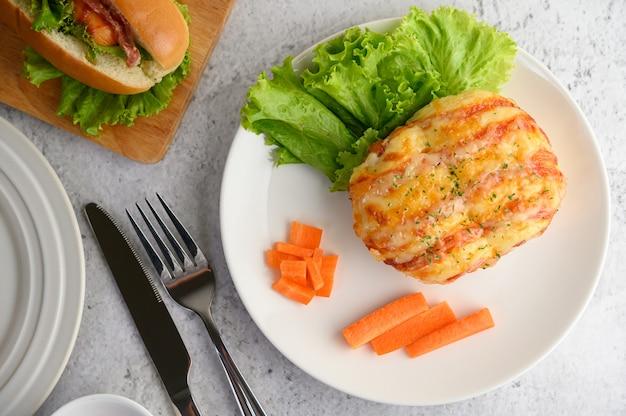 Antipasti con panino con salsiccia e hot dog Foto Gratuite