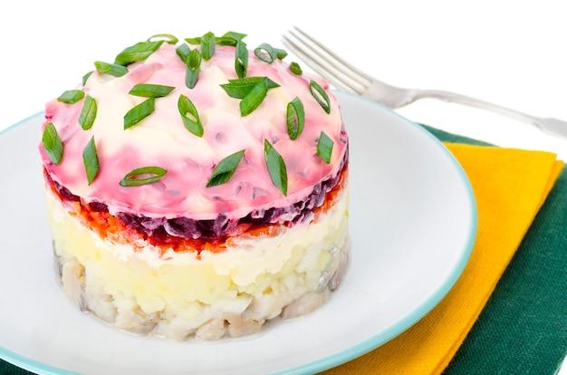 Antipasto di verdure, barbabietole, aringhe in salamoia e maionese Foto Premium