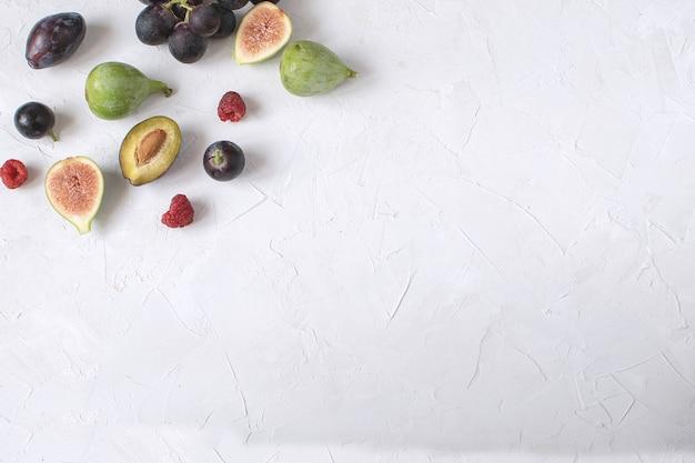 Antipasto di vino kay piatto fig grape plum raspberry Foto Premium