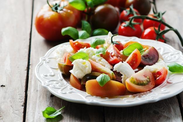 Antipasto italiano tradizionale caprese con mozzarella Foto Premium