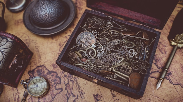 Antique keys in treasure box Foto Premium
