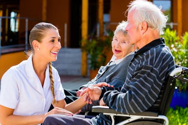 Anziani che mangiano caramelle nel giardino della casa di cura Foto Premium