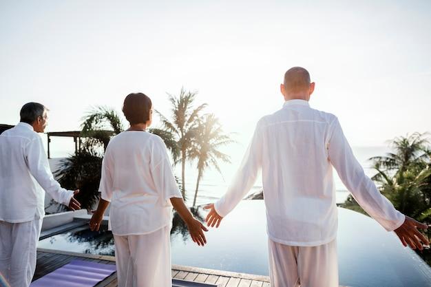 Anziani che praticano yoga Foto Premium