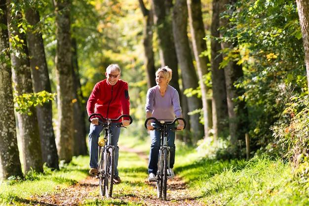 Anziani che si esercitano con la bicicletta Foto Premium