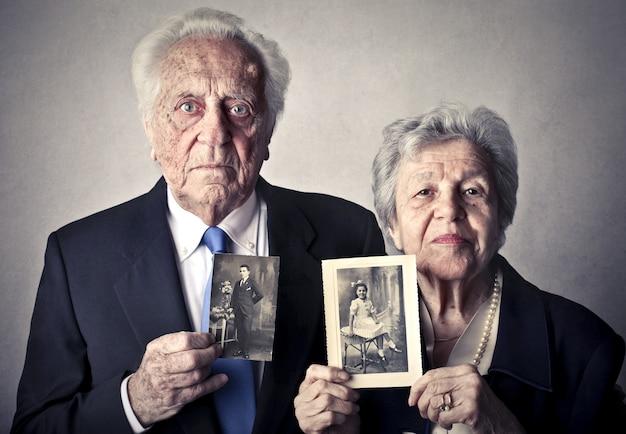 Anziani con foto di se stessi Foto Premium