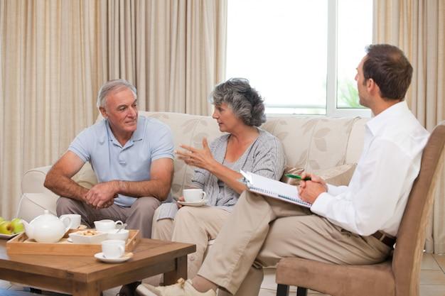 Anziani con uomo di assicurazione Foto Premium