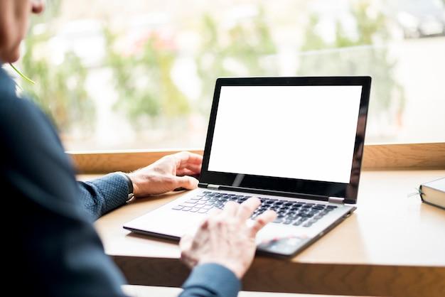 Anziano, uomo affari, laptop Foto Gratuite