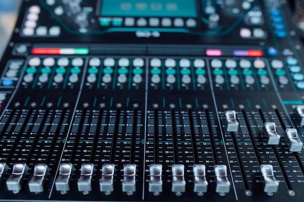 Apparecchiature audio in studio di registrazione Foto Premium