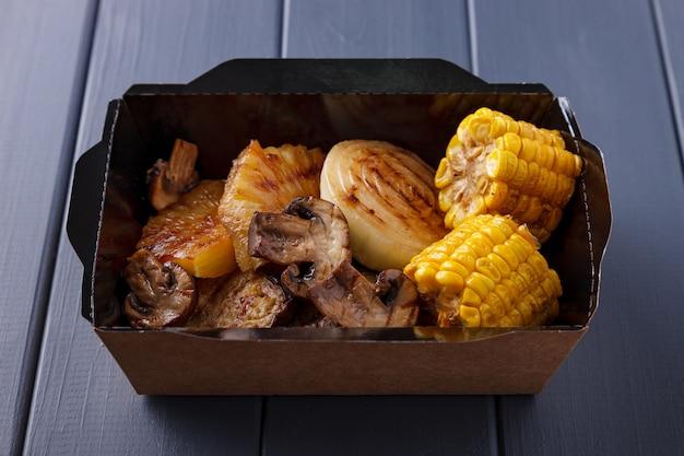 Appetitoso cibo in scatole per feste aziendali Foto Premium