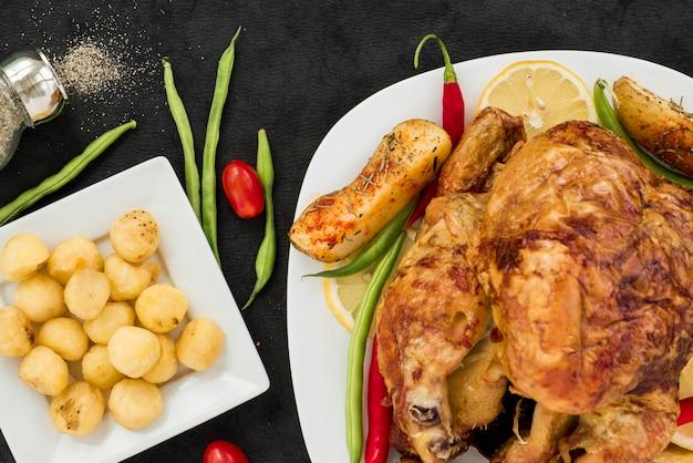 Appetitoso pollo alla griglia con verdure varie Foto Gratuite