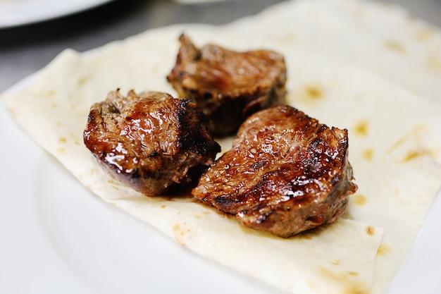 Appetitoso shish kebab su pane pita Foto Premium