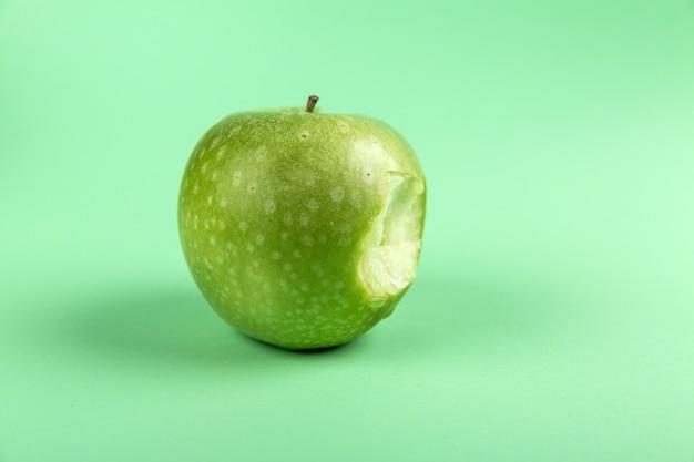 Apple Su Sfondo Verde Scaricare Foto Premium