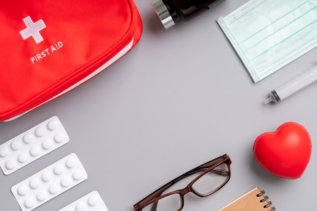 Applicazione di assistenza medica online su smartphone Foto Premium