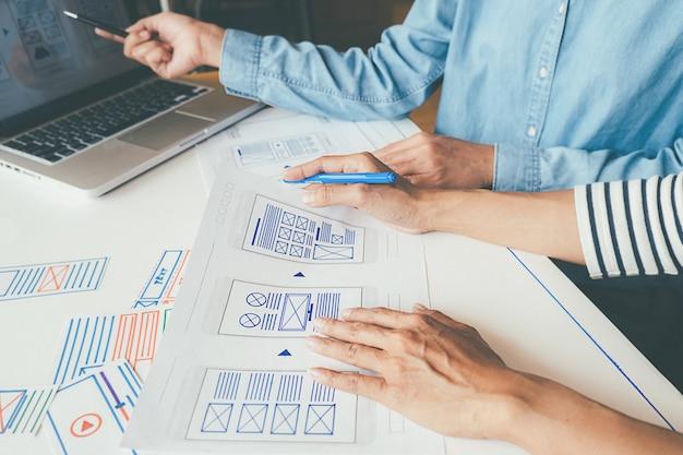 Applicazione di pianificazione di creative web designer e sviluppo di layout di modello Foto Premium