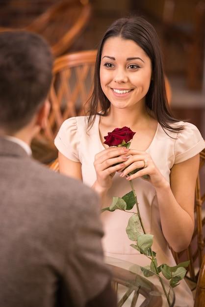 Appuntamento romantico delle giovani coppie felici al ristorante. Foto Premium