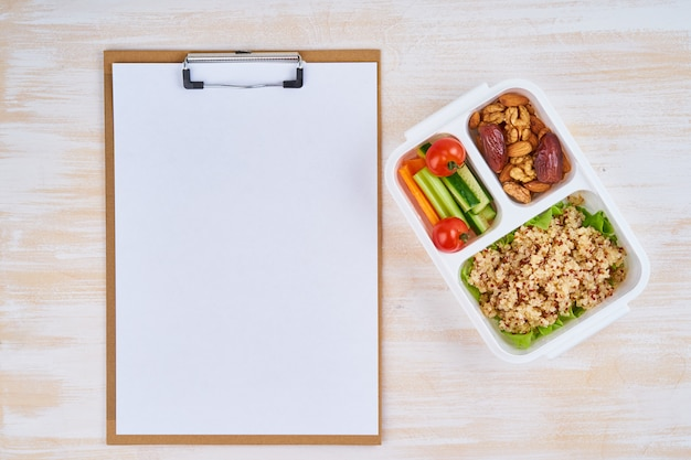 Appunti, scatola pranzo vegana, bottiglia. menu vegetariano sano, perdita di peso, stile di vita sano Foto Premium