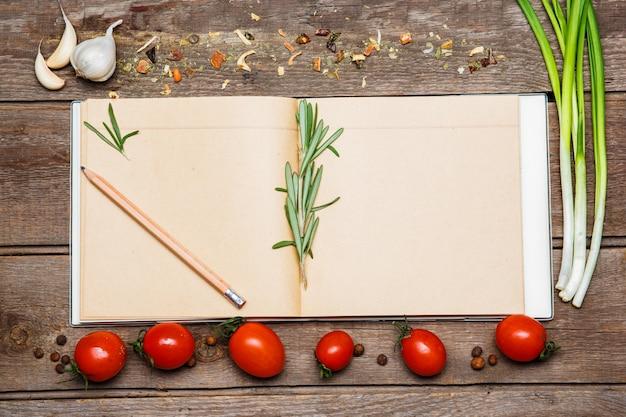 Apra il ricettario in bianco su fondo di legno marrone Foto Gratuite