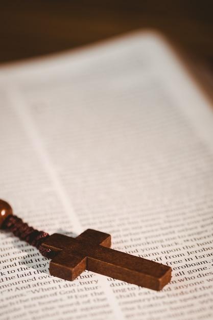 Apra la bibbia con i branelli del rosario Foto Premium