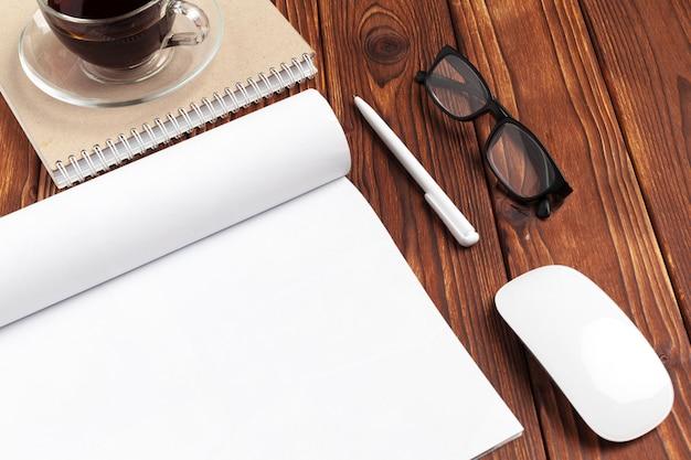 Apri pagine di diario vuote per il tuo spazio di copia design su legno Foto Premium