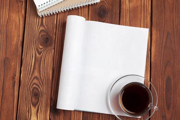 Apri pagine di giornale in bianco per il tuo spazio di copia di design su fondo di legno Foto Premium