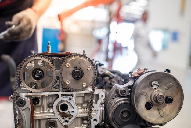Aprire il blocco motore e l'albero motore su un tavolo nel garage di servizio Foto Premium