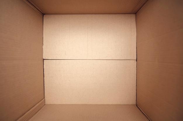 Aprire la scatola di cartone, pronta per il trasporto Foto Premium