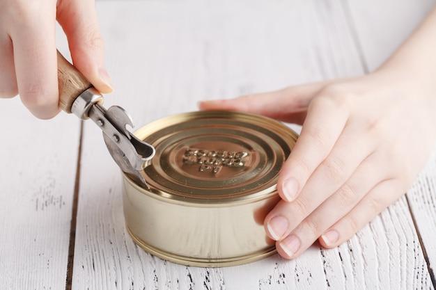 Aprire tinacan con coltello, da vicino Foto Premium
