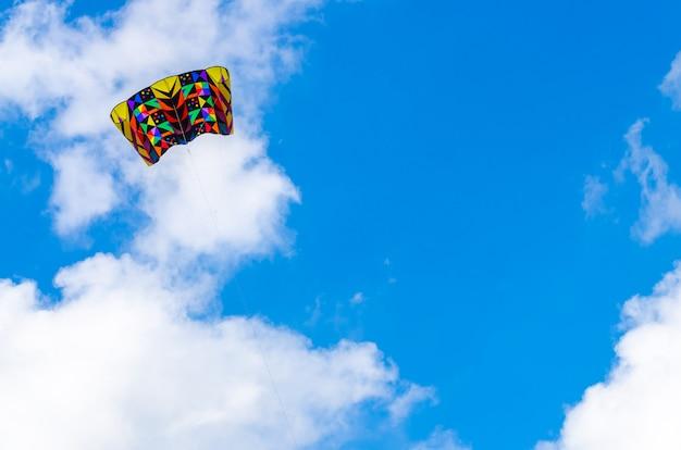 Aquilone colorato nel cielo blu con una grande nuvola Foto Premium