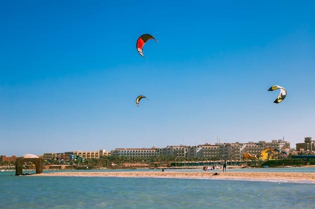 Aquiloni colorati che svettano sul litorale del mar rosso. Foto Premium