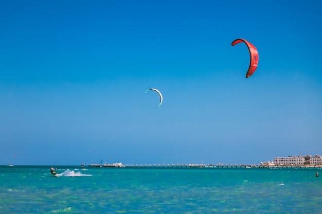 Aquiloni nel cielo azzurro sul mar rosso. Foto Premium