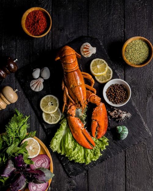Aragosta arrostita con verdure e limone Foto Gratuite
