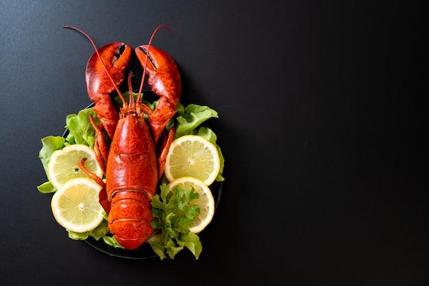 Aragosta bollita con verdure e limone Foto Premium