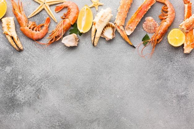 Aragosta e gamberetti freschi allineati con copia-spazio Foto Gratuite