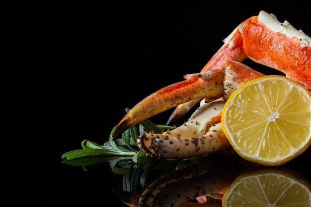 Aragosta e limone di vista frontale sulla tavola Foto Gratuite