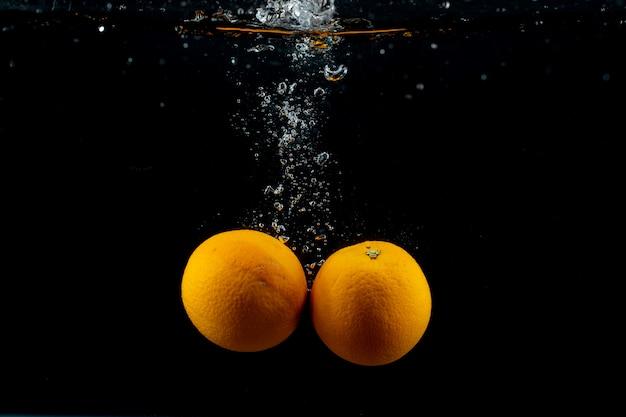 Arance fresche in acqua Foto Gratuite