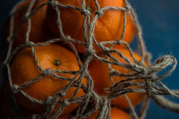 Arance organiche mature su legno scuro Foto Premium