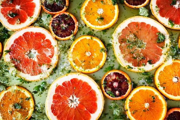 Arance rosse mature e pompelmi tagliati dagli anelli Foto Premium