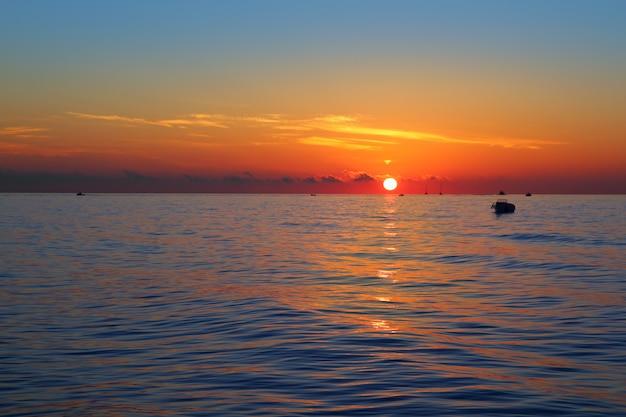 Arancia del sole di alba di vista sul mare prima in mare blu Foto Premium
