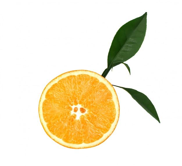 Arancia fresca con le foglie verdi isolate su spazio bianco. fetta di arancia isolata su spazio bianco, con il percorso di ritaglio. vista dall'alto Foto Premium
